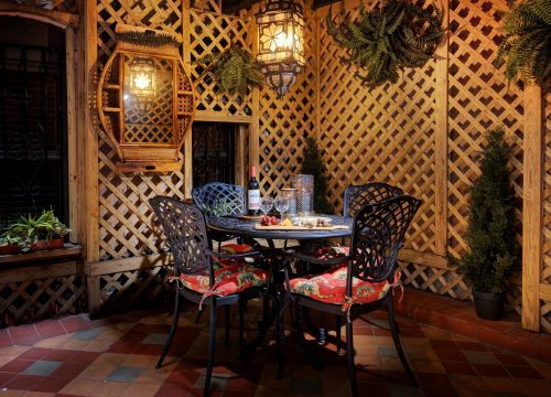 Dine al fresco in our Blue Parrot Courtyard.